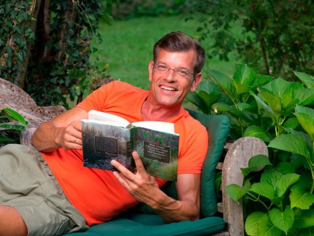 Der Biogärtner beim Lesen