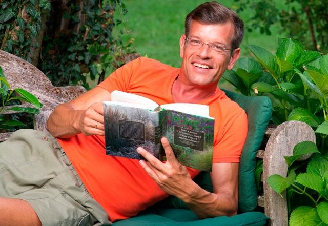 Plo mit Buch