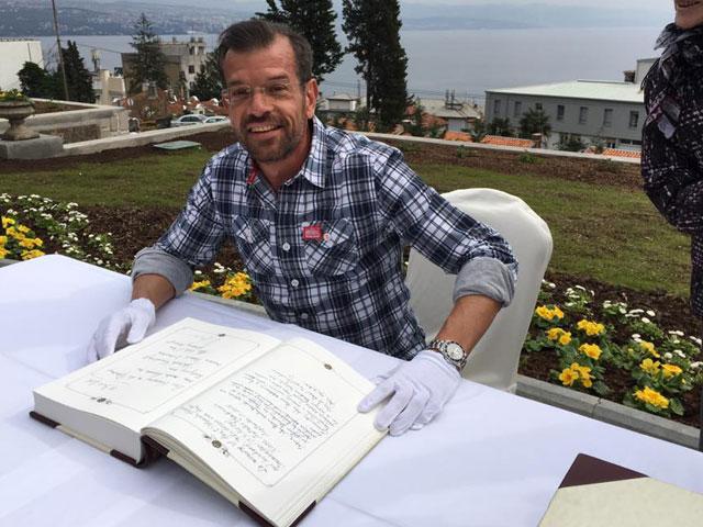 Biogärtner Karl Ploberger mit Buch