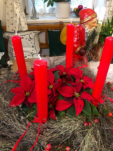 Weihnachtssterne im Adventkranz