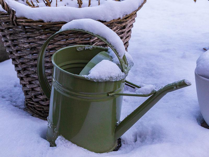 Gießkanne im Schnee (Bild: Pixabay/ Dimitri Houtteman)