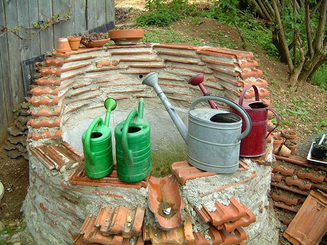 Es gibt keinen Abfall - der Brunnen aus Dachziegeln