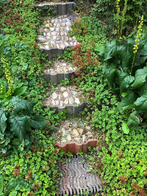 Wege aus Steinen, die im Garten gefunden wurden